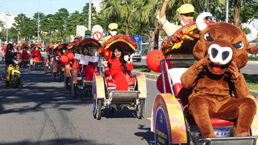 Parade of cyclos promoting 'Da Nang Welcomes in New Year 2021' Festival runs until 1 January 2021